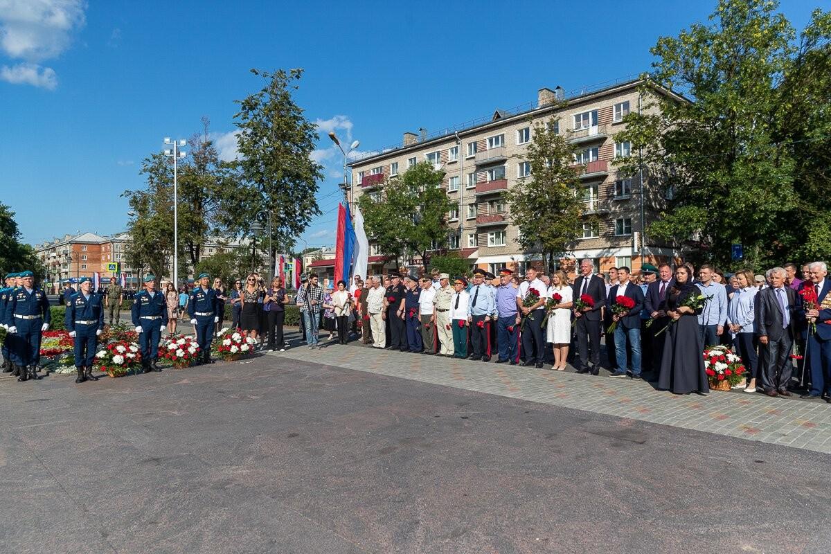 Михаил Ведерников вместе с псковичами возложил цветы к могиле Неизвестного солдата