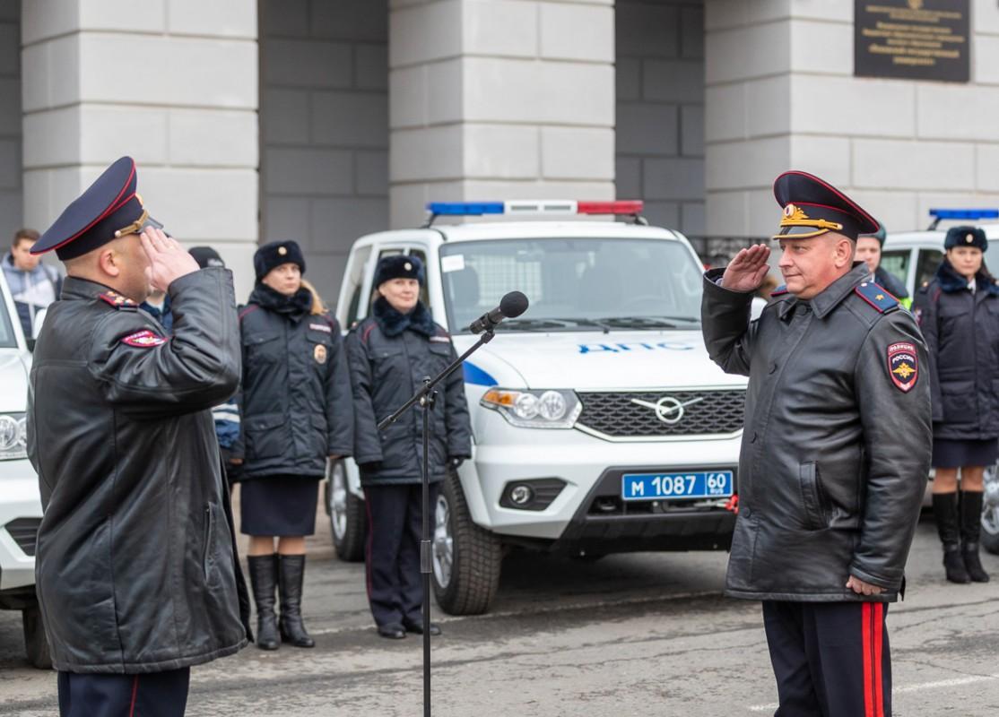 Власти Псковской области передали полицейским ключи от новых служебных автомобилей