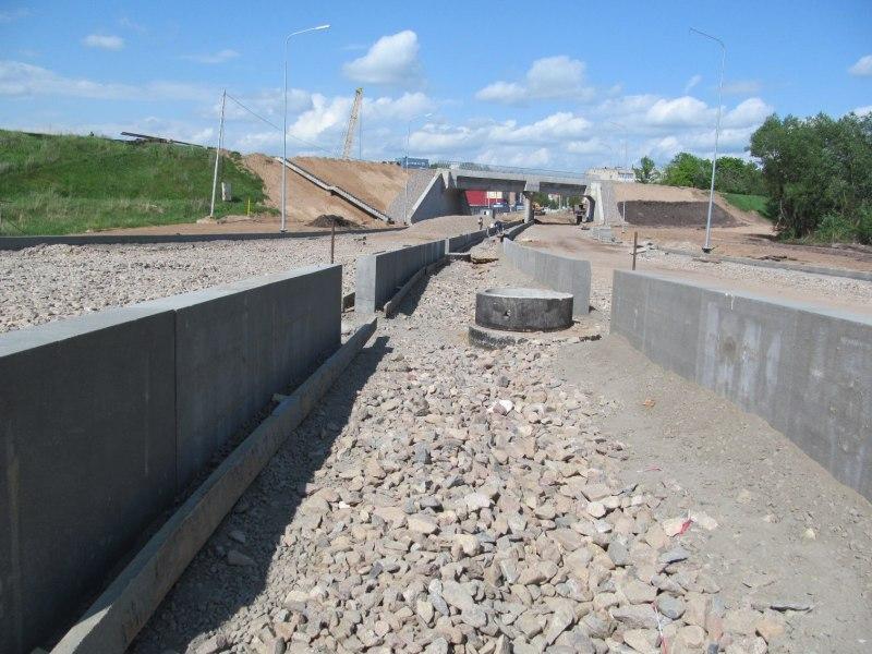 Строители продолжают устройство оснований проезжей части путепровода в Великих Луках, фото-1
