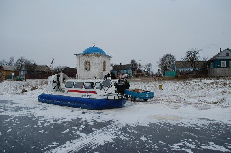 Жителей Псковского озера обеспечивают продуктами питания и промтоварами с помощью спасателей, фото-1
