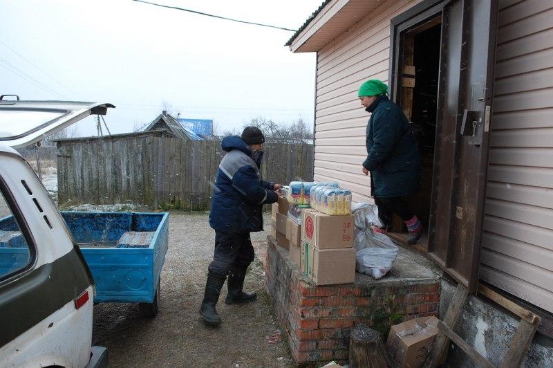 Жителей Псковского озера обеспечивают продуктами питания и промтоварами с помощью спасателей, фото-4