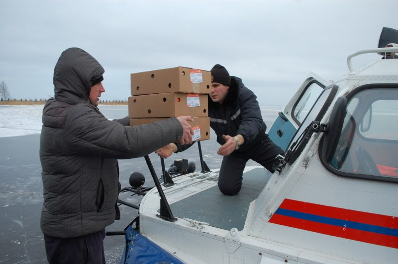 Жителей Псковского озера обеспечивают продуктами питания и промтоварами с помощью спасателей, фото-2