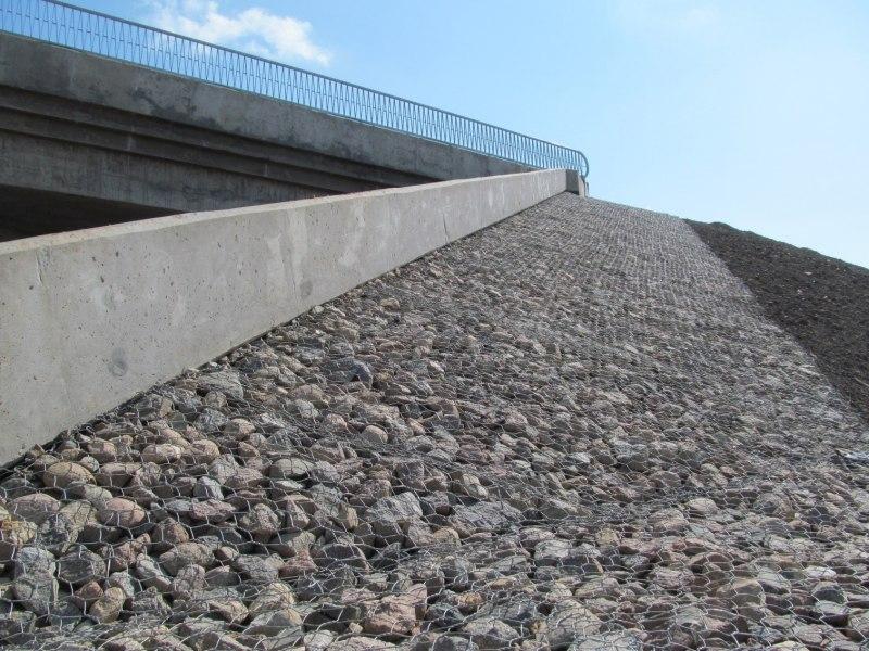 Строители продолжают устройство оснований проезжей части путепровода в Великих Луках, фото-2